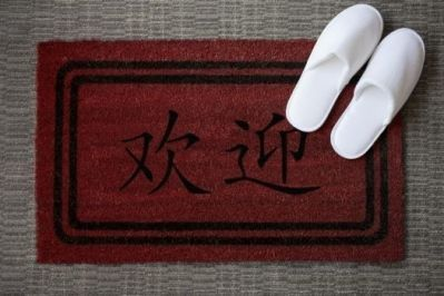 Le Meridien ile Maurice welcome mat written in chinese language with a pair of morning shoes.